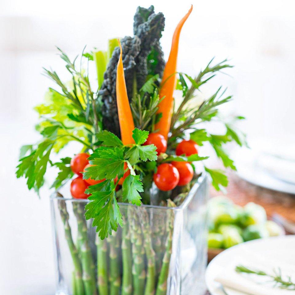 Декорирование стола овощами и зеленью
