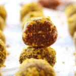 Сыроедческие шарики с вишней и фисташками (веганские конфеты)