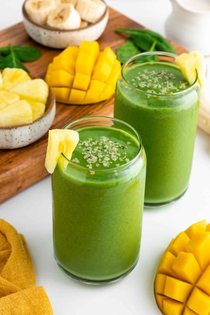 Зеленый смузи с манго и ананасом